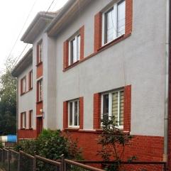 Ulica Nad Odrą i budynek ze świeżo odrestaurowaną elewacją