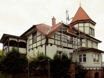 Budynek przy Narciarskiej 4 od południa, z widoczną narożną wieżą