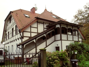 Kryty ganek budynku przy ul. Narciarskiej 4