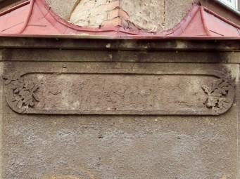 Sztukateria z zatartym napisem