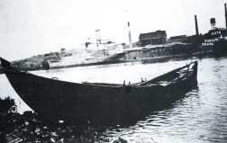 Zdjęcie łódki stojącej przy północnym skraju wysepki Kiebitzwerder, naprzeciwko widoczna fabryka chemiczna Union. Źródło: K. Dummann, Stettin- Solzenhagen. Kratzwieck und Gotzlow.Ein Heimat- und Lesebuch, 1986.