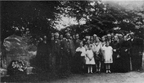 no_20 - Kirchhof bei Dorfirche, Familientrefen_ 1926.jpg