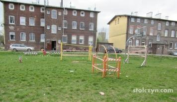 Zataśmowany plac zabaw i ławki na Monterskiej