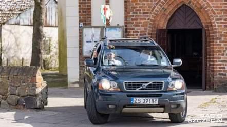 Wyjazd proboszcza z kościoła na święcenie pokarmów. Fot. Radio Szczecin